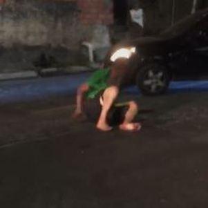 Homem está ferido quando carro tenta passar por cima dele