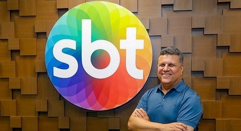 Téo José é o narrador titular da equipe de esportes do SBT