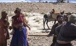 Terá se afasta e observa a caravana da sacerdotisa Nadi (Camila Rodrigues) sendo atacada. Ele luta bravamente e consegue salvá-los