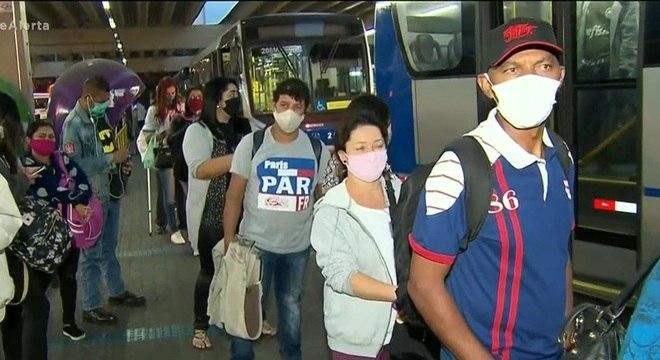 Passageiros reclamaram de ônibus que lotavam durante o trajeto