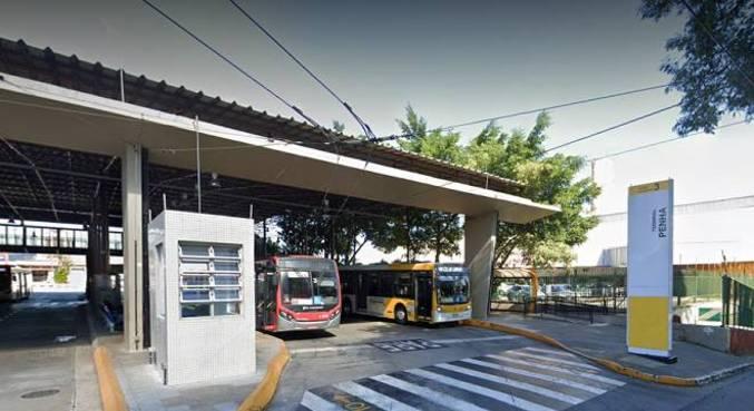 Coletivo ficou parado na saída do terminal, causando a interdição da faixa exclusiva para ônibus