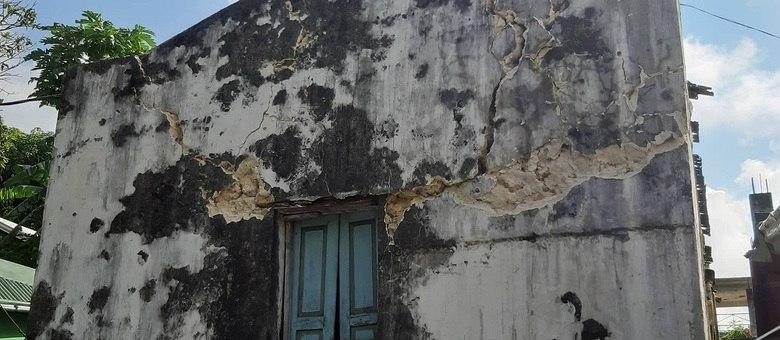 Rachaduras são vistas na fachada de um prédio depois que um terremoto atingiu a província de Batanes, no norte das Filipinas, em 27 de julho de 2019