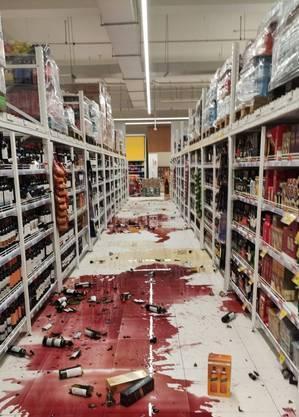 Vários produtos caíram das prateleiras de um supermercado em Lima