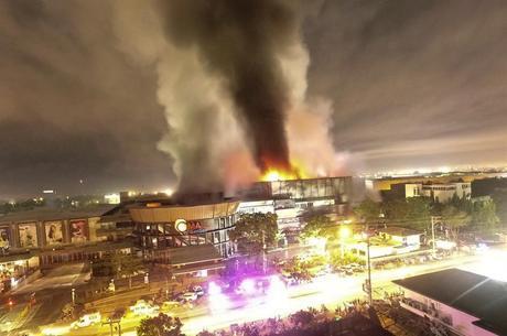 Shopping pegou fogo após terremoto desta 4ª