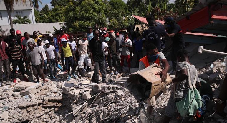 População do Haiti busca por vítimas e sobreviventes entre os escombros