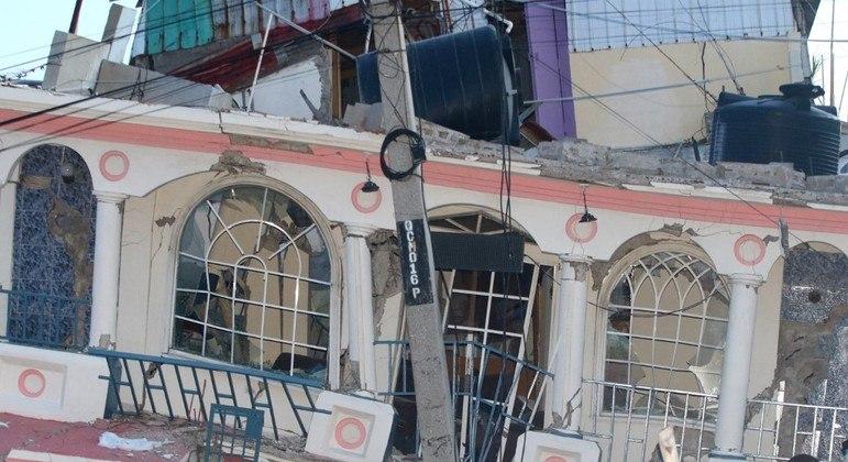 """O hotel """"Petit Pas"""" é danificado pelo terremoto em Les Cayes, sudoeste do Haiti."""