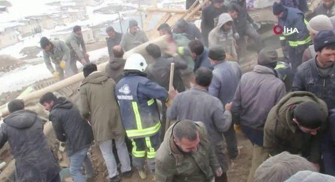 Equipes de resgate trabalham em Baskale, na Turquia; terremoto teve epicentro no Irã
