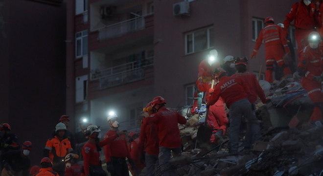 Trabalho de resgate avançou noite adentro na cidade turca de Izmir