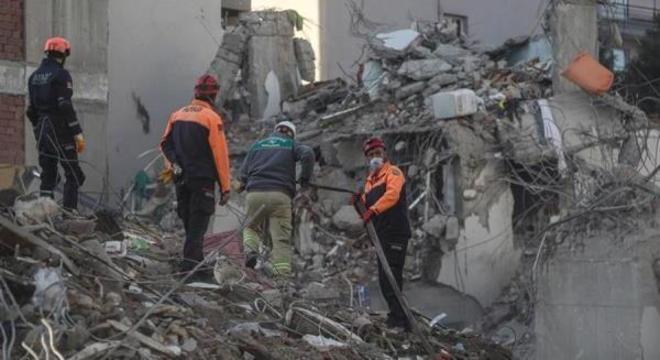 Terremoto de 6,8 graus na escala Richter provocou 114 mortes