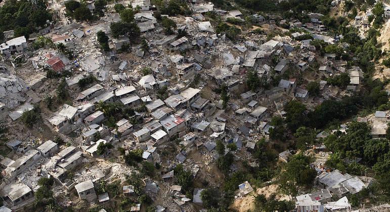 Vista aérea de Porto Príncipe após o terremoto que atingiu o Haiti em 2010