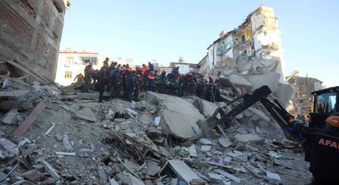 Equipes de resgate trabalham em prédio que desabou após terremoto em Elazig
