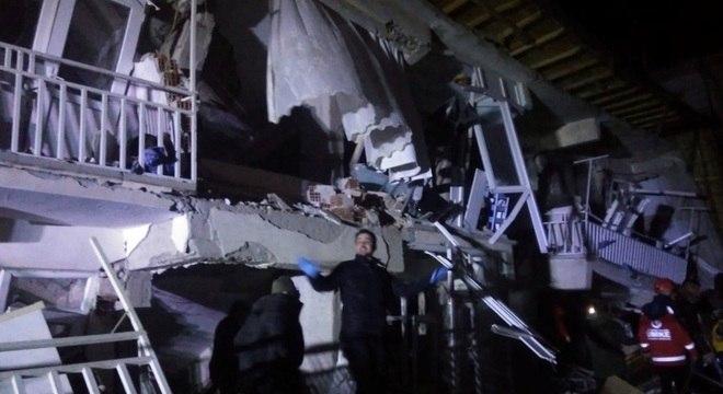 Prédios vieram abaixo com o terremoto em Elazig, no leste da Turquia