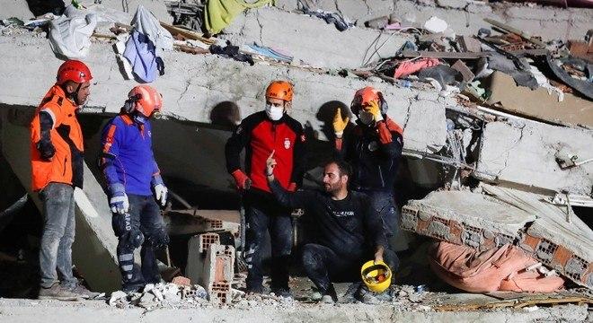 Equipes de resgate continuam trabalhando nos destroços em Izmir