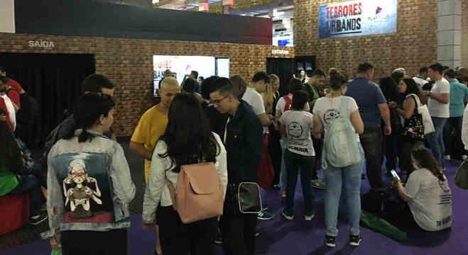 Público da Brasil Game Show faz fila para entrar no estande do PlayPlus