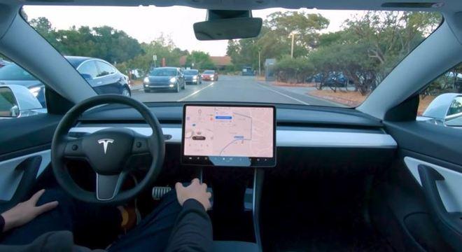 Carro da Tesla se envolve em acidente com sistema autônomo ligado