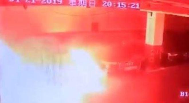 Carro da Tesla pega fogo em estacionamento em Xangai, na China