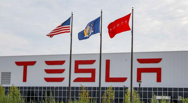Tesla vai atualizar software de bateria dos carros autônomos após incêndios