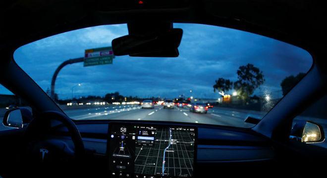 Modelo de carro elétrico da Tesla pega fogo em estacionamento