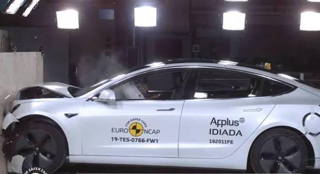 Model 3 da Tesla ganha cinco estrelas em teste de segurança