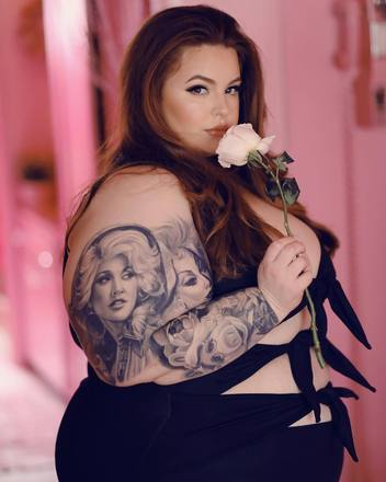 Tess Holliday também se define como ativista do corpo. A modelo tem 1,5 milhão de seguidores no Instagram e é bem ousada nas roupas e poses. Ela se tornou a primeira mulher com tamanho acima do 20 americano (o equivalente ao 48 brasileiro) a ser contratada por uma grande agência de modelosLeia mais:Leia mais:Fotógrafa plus size rebate seguidores que a humilharam