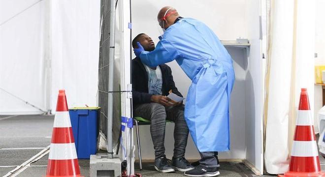 Cerca de 10 mil pessoas deixam de ser testadas diariamente por falta de capacidade
