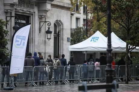Parisienses fazem fila para realizar teste de covid