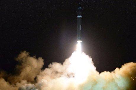 Teste de míssil norte-coreano em novembro de 2017; alcance do programa nuclear do país é alvo de grande especulação 'Economia em primeiro lugar?'