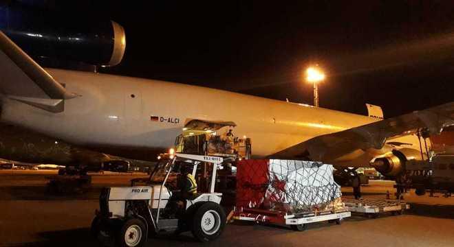 Carga com 575 mil testes de covid-19 chegou de madrugada em Campinas