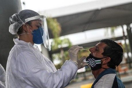 Há um mês, Brasil tinha 923 mil casos de covid-19