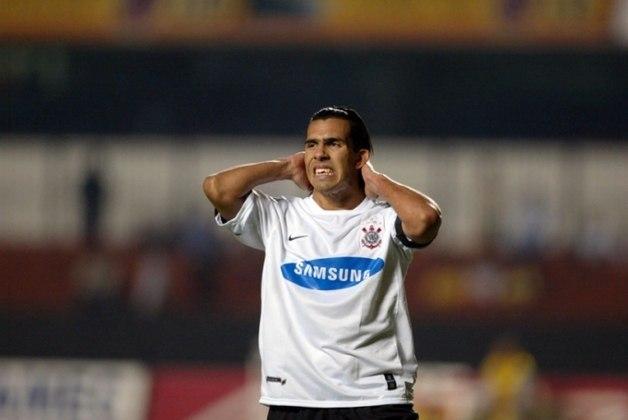 A relação de amor entre Corinthians e Tevez, contudo, acabou em ódio. Irritada com suas polêmicas, a eliminação na Libertadores de 2006 e a má campanha naquele Brasileiro, a torcida chutou e jogou pedras no carro do argentino, que pediu para sair e foi para o West Ham, da Inglaterra