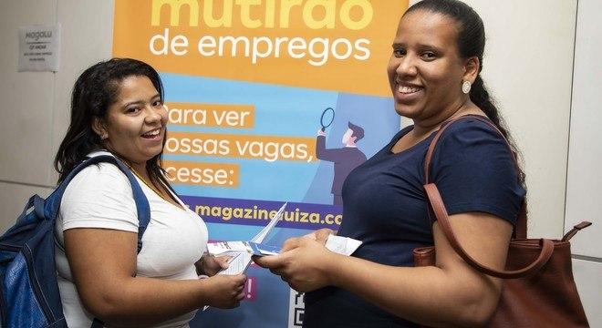 As amigas Jéssica (à esq.) e Thabata estão há um ano procurando emprego