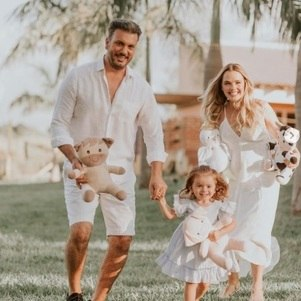 Cantora postou foto da família para anunciar gravidez