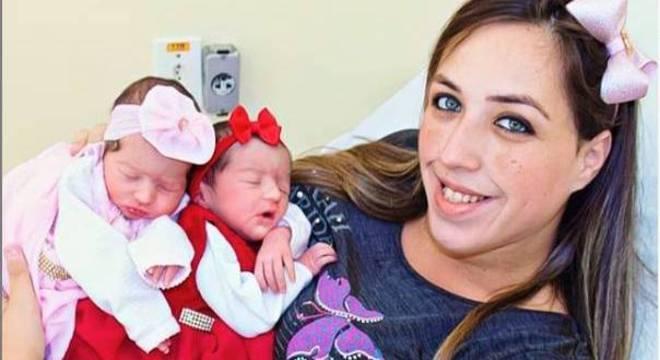 A digital influencer Thaiana com as gêmeas Yris e Alice, logo após o nascimento