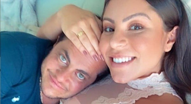 Thammy Miranda com a esposa que está grávida