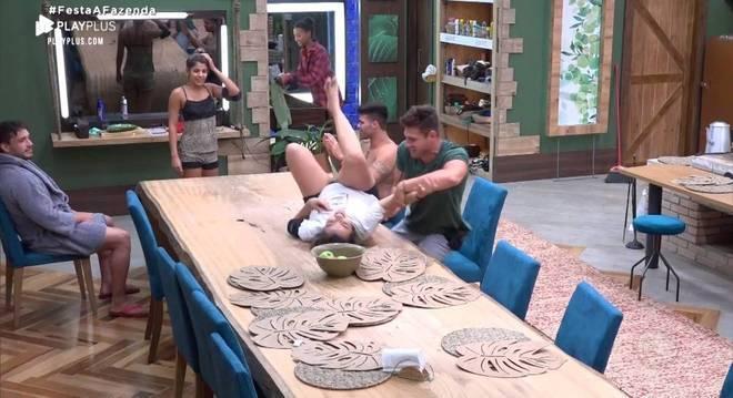 Thayse bebeu além da conta e deslizou pela mesa da cozinha