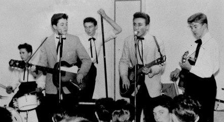 """Paul McCartney e John Lennon com seu grupo de Skiffle, """"The Quarrymen"""" em 1957"""