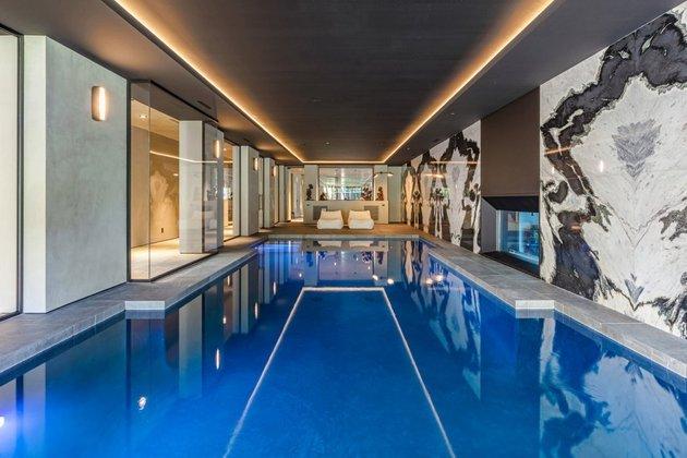 Nesta foto, você pode conferir o visual da piscina coberta da mansão do cantor de Blinding Lights