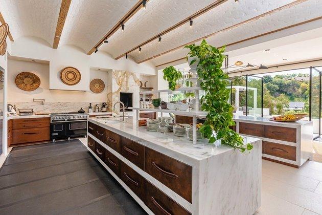 A cozinha da mansão é equipada com equipamentos de luxo e até detalhes personalizados como puxadores de couro