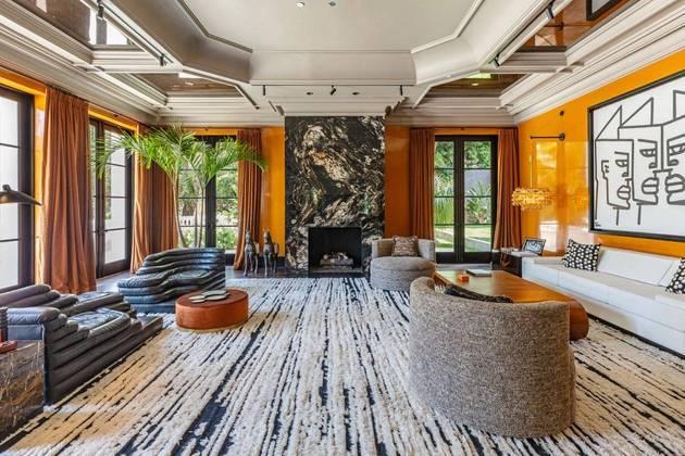 A mansão pertencia ao magnata holandês Reinout Oerlamans e sua mulher Danielle. Segundo o The Wall Street Journal, o casal não tinha intenção de vender a propriedade, que foi recentemente renovada, mas mudaram de ideia depois que os agentes imobiliáriosRayni e Branden Williams foram até eles com a ideia de apresentar o local para The Weeknd
