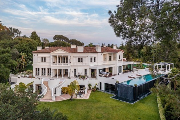 No total, a propriedade conta com nove quartos, spa com sauna, piscina coberta, um cinema particular, academia e até mesmo um estúdio musical