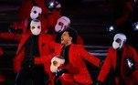Dançarinos mascarados, usando o acessório de proteção contra a pandemia do novo coronavírus, chamaram a atenção no palco