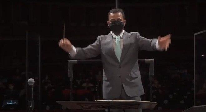 Maestro RSergio Wernec regiu a orquestra usando máscara