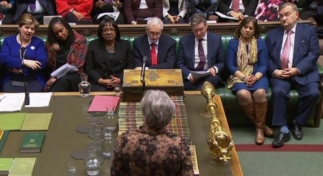 Theresa May (de costas) discursa para parlamentares britânicos nesta segunda