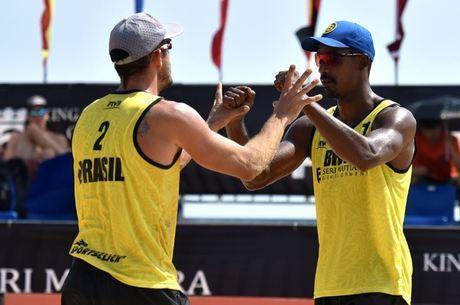 Dupla Thiago (à esquerda) e Oscar luta pelo pódio