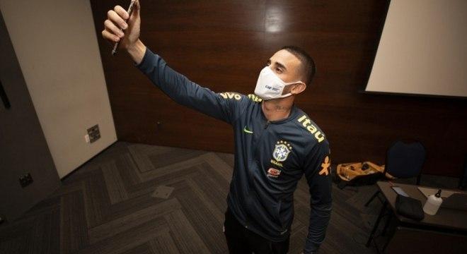 O empolgado Thiago Galhardo tira uma selfie, na concentração brasileira