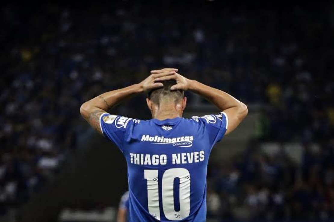 Thiago Neves foi visto em show de Thiaguinho. Estava afastado por contusão