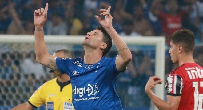 Thiago Neves comemora o gol que deu a vitória ao Cruzeiro