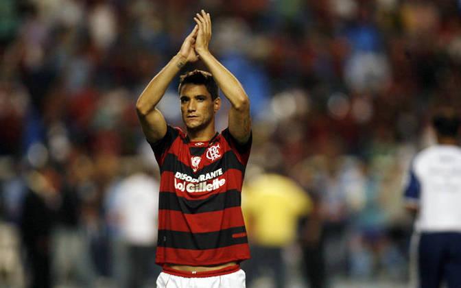 Thiago Neves - Flamengo - No início de 2011, o Flamengo anunciou a contratação de Thiago Neves, vindo do Al-Hilal, por empréstimo, para a montagem de um grande time - que acabou não rendendo o esperado. A torcida o recebeu com ressentimentos, mas o craque logo polemizou ao cutucar o Fluminense, afirmando que estava feliz por 'finalmente jogar em um clube grande'.