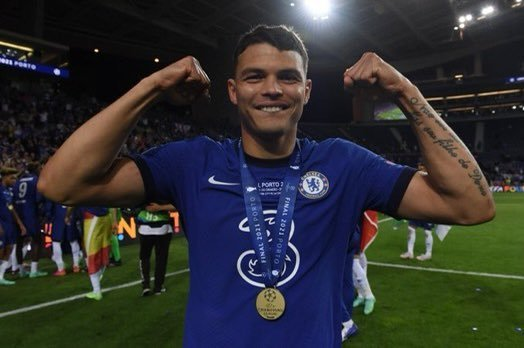 Thiago Silva com a medalha de campeão da Champions. Pose para Leonardo