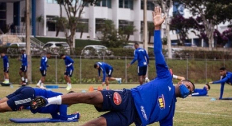 Thiago voltou aos treinos na Toca da Raposa II com os companheiros